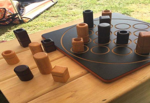 【一選】キャンプにおすすめのボードゲームは「クアルト」で決まり!